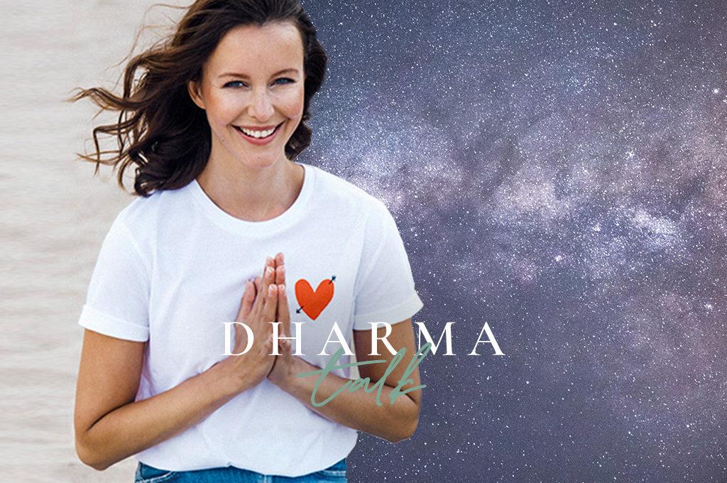 Yogalehrerin Constanze Witzel vor Hintergrund