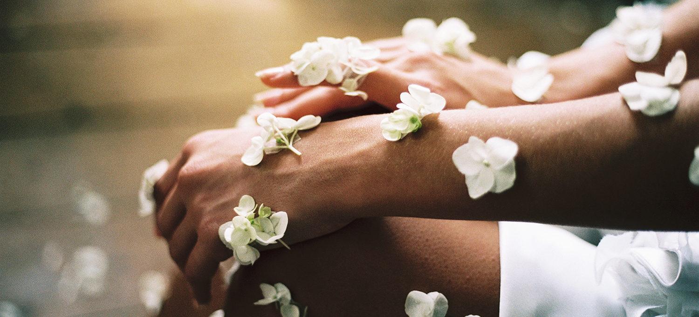 frauen arme und beine bestückt mit weissen Blumen