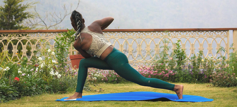 Frau von hinten in einem yoga Twist