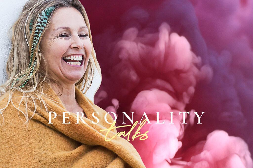 Mirjam Wagner mit Personality Talks Podcast Schriftzug