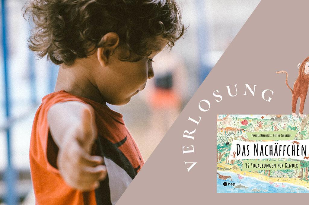 Ein Junge mit ausgestreckten Armen. Rechts im Bild das Nachäffen Yoga Karten Set