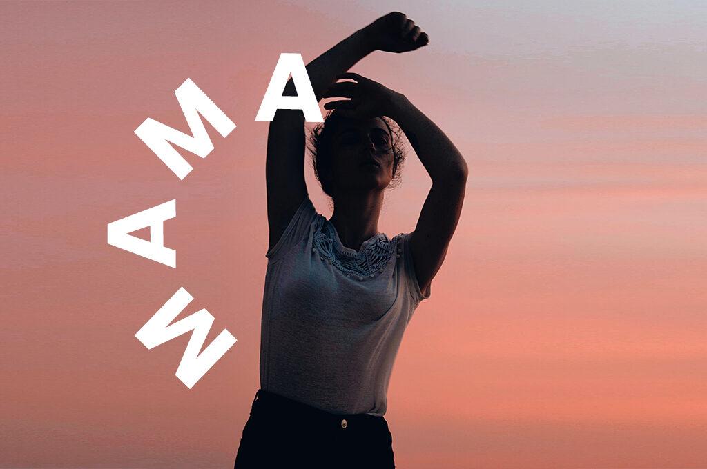 eine tanzende Frau vor einem Sonnenuntergang. Kreisförmig ums sie die Typo MAMA platziert