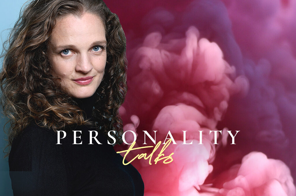 Ein Portrait von Nicola Schmidt auf dem Personality Talks Podcast Header