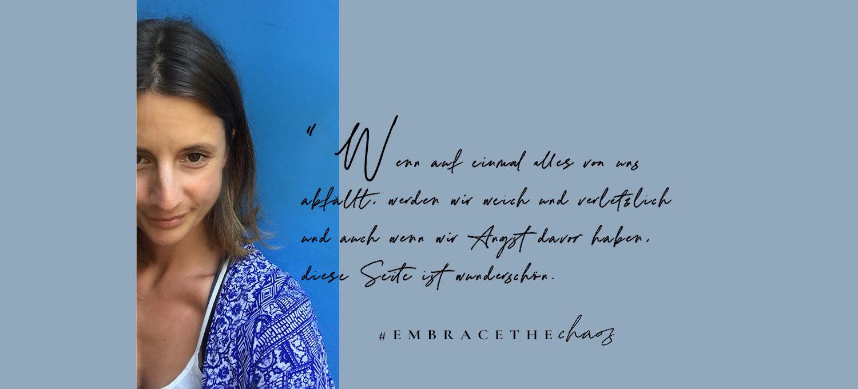 Ein Portrait von Simone auf blauem Hintergrund. Daneben eine Quote aus dem Artikel.