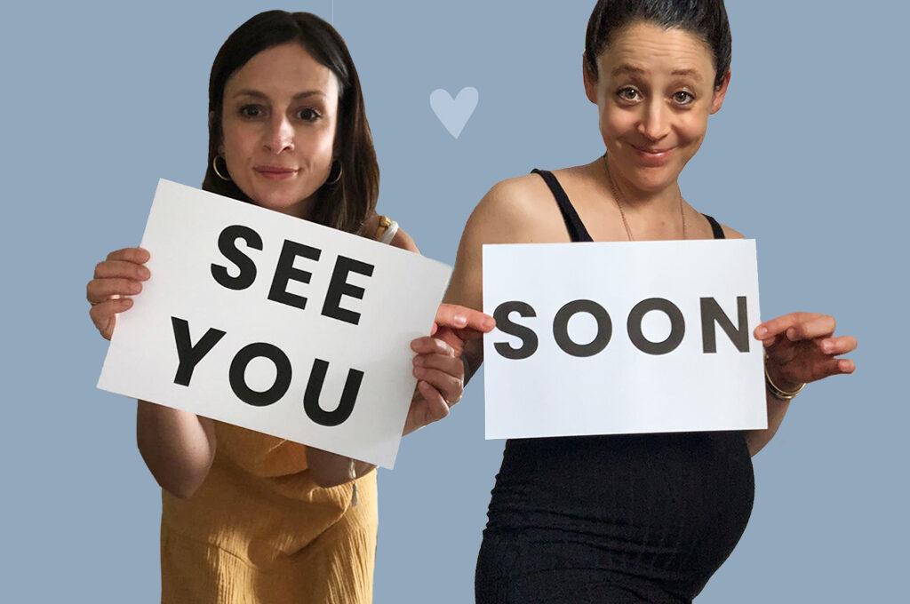 Simone und Sabine vor einem blauen Hintergrund. Sie haben jeweils einen Zettel in der Hand auf dem steht: See you soon.