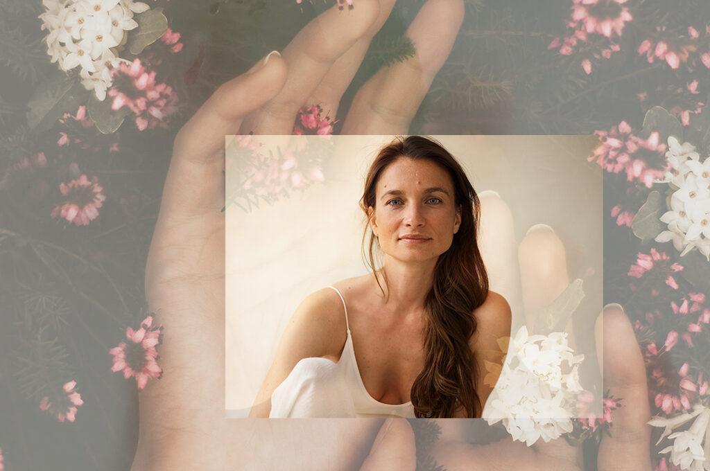 Marie Sophie Kiepe. Im Hintergrund Hände und Blumen